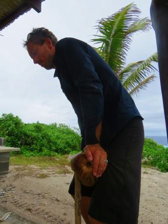 Kim toglie la buccia della noce di cocco