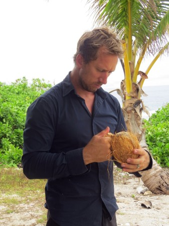 Kim pulisce la noce di cocco
