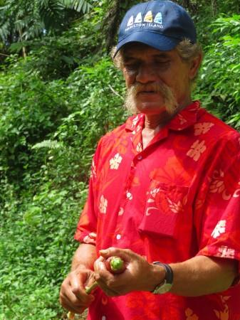 George ci mostra spiega le proprietà di una pianta locale