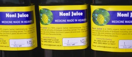 Il succo di Noni al mercatino di Aitutaki
