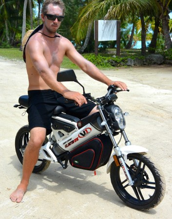 Kim prova una moto elettrica ad Aitutaki