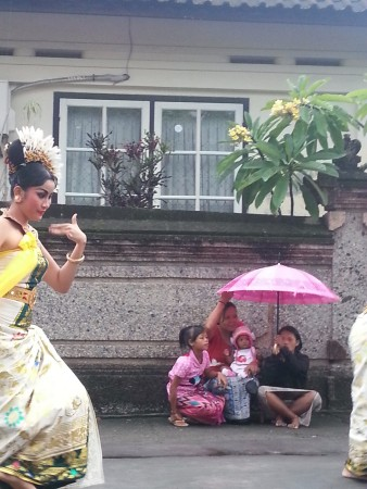 La prima delle tre danzatrici del Barong