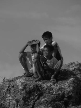 Bambini dall'altro della collina