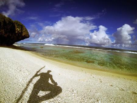 L'ombra di un selvaggio sulla spiaggia di Atiu