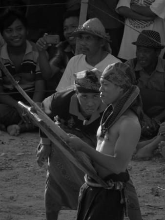Combattimento con bastoni a Seger Beach