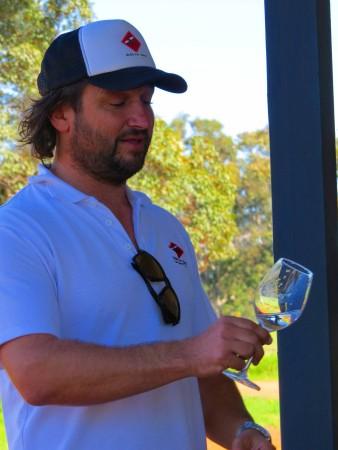John condivide la sua passione per i vini